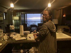ペントハウスのキッチンで夕食作り